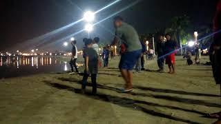 Asik , bapak ini ngajarin anaknya joget reggee di pantai ancol