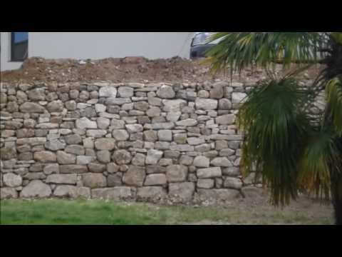 Construction d 39 un mur de soutenement en pierre youtube - Comment faire un mur en pierre ...