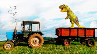Динозавр забрался на Синий Трактор и Машинки. Малыш на тракторе 16 вольт помогает и кормит Динозавра
