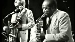 Aint Nobody Here But Us Chickens - Louis Jordan & his Tympany Five (Live video 1974)