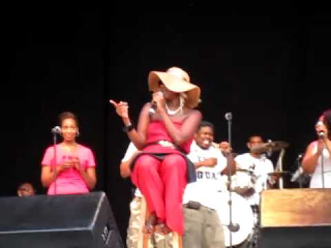 Le'Andria Johnson sings