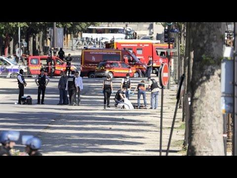 Anschlagsversuch in Paris: Mann rammt mit Auto Polizeifahrzeug
