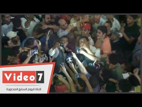 محمد رمضان يفاجىء جمهوره ب-السيلفى- بعد العرض الخاص لفيلم -جواب إعتقال-  - 04:21-2017 / 6 / 25