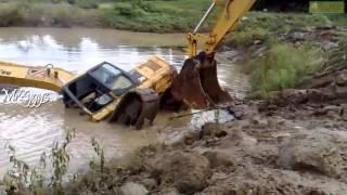 Excavator Komatsu Pulling Komatsu PC200 Stuck in Pond thumbnail