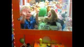 bambino rimane bloccato nella macchinetta dei giochi... (•_•)