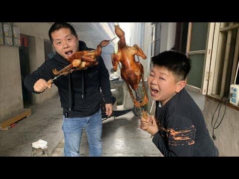 小六提了2個雞到村長家烤,周圍鄰居聞香而來,紛紛過來品嚐烤雞