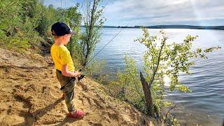 Первые РЫБЫ СЫНА на СПИННИНГ ЧТО ОН ПОЙМАЛ Учу сына ловить рыбу на спиннинг Семейная рыбалка