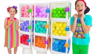 Max y Katy encontraron muchos juguetes en bolas con bolas