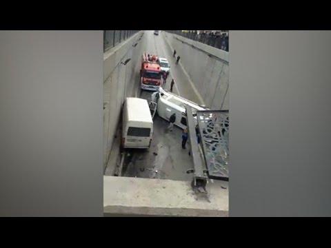 Esenyurt'ta servis minibüsü alt geçide uçtu