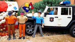 Vol de banque. Une voiture de police poursuit les criminels. Dessins animés pour les enfants. Jouets