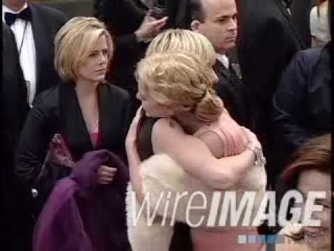 portia de rossi & anne heche hugging at golden globes 2001 arrivals
