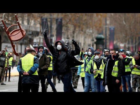 """Mobilisation des """"Gilets Jaunes"""" : scènes de chaos sur les Champs-Elysées"""