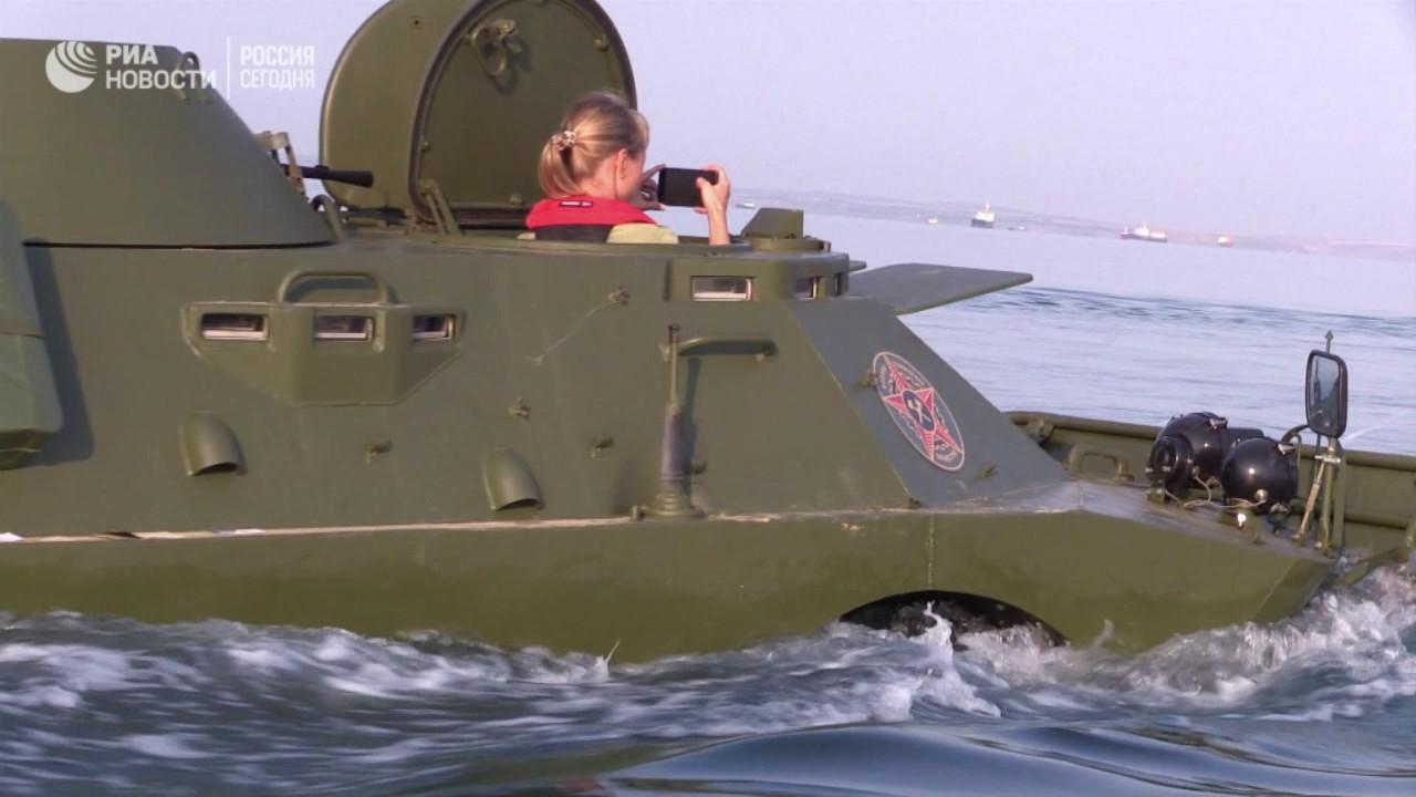 Бронемашины форсировали Керченский пролив