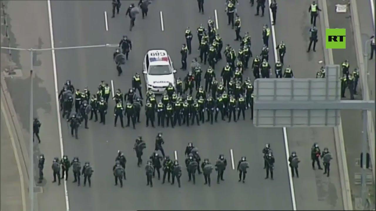 احتجاجات حاشدة معارضي اللقاحات والحجر الصحي يتظاهرون وسط مدينة ملبورن الأسترالية