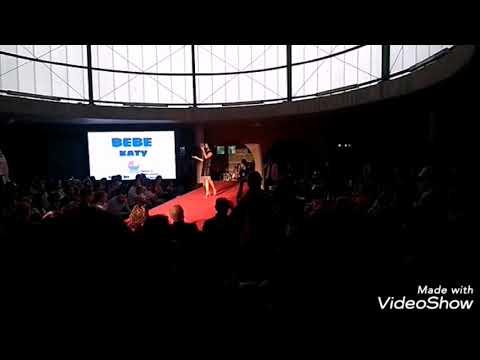 Lucía Pérez presenta el desfile de moda de los comercios de Marín