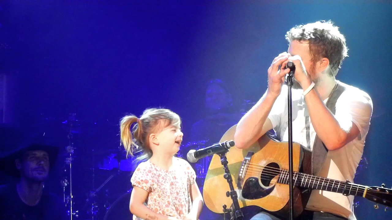 Dierks Bentley Singing With Daughter Evie At Ryman