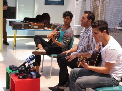 Reik Visits the Patients at CHLA