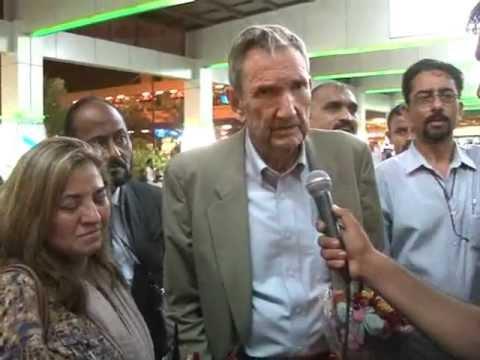 Former US Attorney General Ramsey Clark Speaking to Media at Karachi Airport.mp4