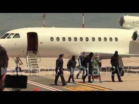 Silvia Romano arriva a Ciampino, sorridente e saluta giornalisti