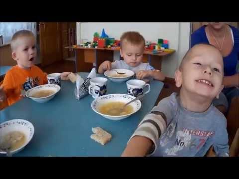 Как детки кушают в детском саду видео