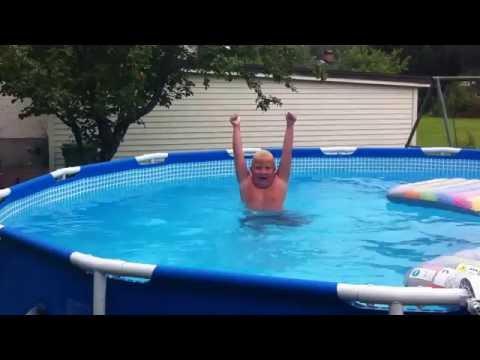Marcus simmar i poolen