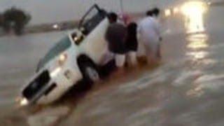 Repeat youtube video سعودية تضحي بحياتها لإنقاذ زوجها من سيول #عرعر