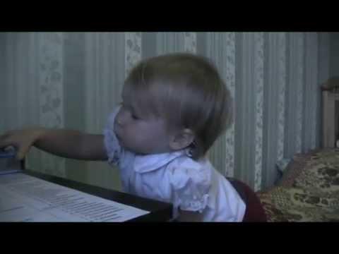 Василиса рассказывает стишок в 1 год и в 1 год 5 мес.