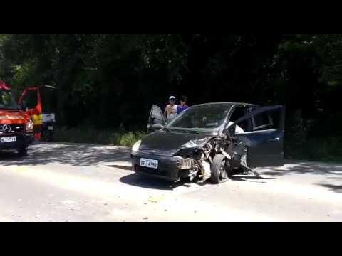 Carro e caminhão colidem em curva da SC-108, em Urussanga; VÍDEO