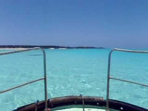 与論島東岸の海をボートで移動
