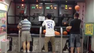 中国のゲーセンにジョーダンを超えるバスケットおじさん現る!