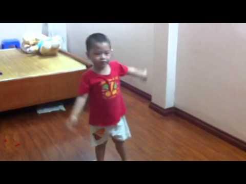 Minh bin bieu dien Chau thuong chu bo doi
