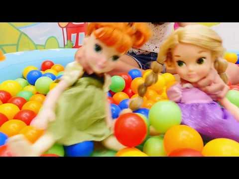 Top havuzunda eğlenceli #bebekvideosu 👶🍼 Kumsal Anna ve Rapunzel bebekleriyle oynuyor. #Anaokulu