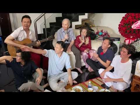 Hoài Linh ngủ gật trong sinh nhật Mẹ, Đàm Vĩnh Hưng tới dự tiệc nhưng vẫn không quên quảng cáo bánh
