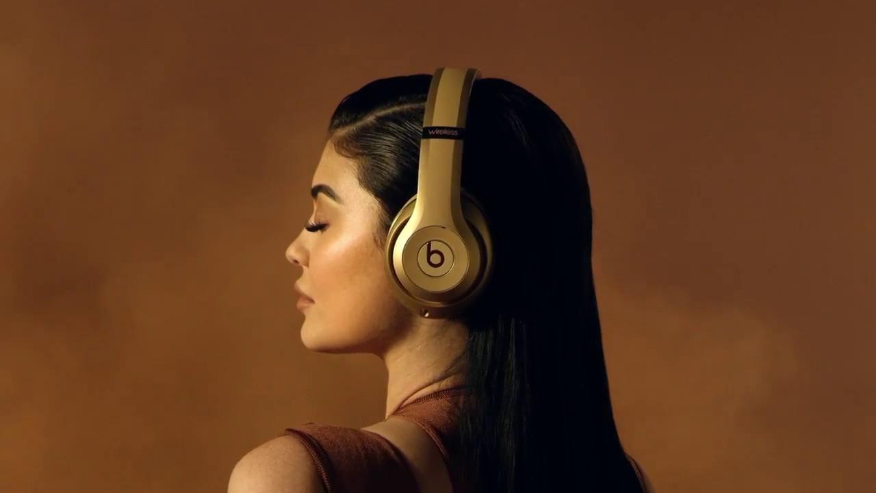 48c3fcfe2b1 Kylie Jenner Stars In Apple's Campaign For $600 Headphones | OCEANUP TEEN  GOSSIP