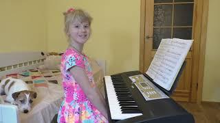 Ребенок играет на пианино Сонатину, а собака засыпает под музыку. Child playing the piano