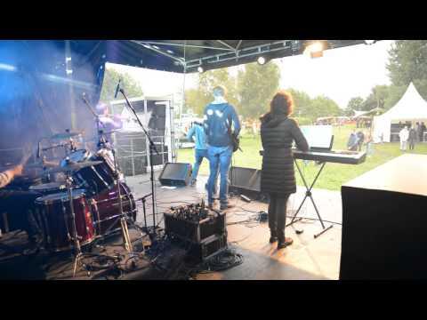 Eröffnung Franz Bühne beim Friedensfestival Neuschoo 2015 durch unsere Band Not Yet. Stage Video 2/2