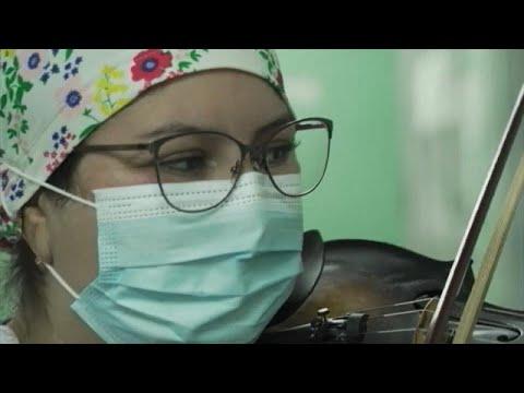 شاهد: ممرضة تجلب السرور لمرضى كورونا بالعزف على الكمان