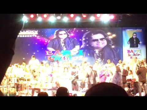 Bappi Lahiri and Anuradha Paudwal singing Tamma Tamma Live - Mumbai 2017 Concert (Bappi Lahiri Nite)
