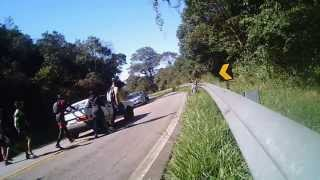 Ciclistas ajudam motorista de carro quebrado no meio da pista*Bike*