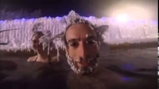 ラーメンおじさんじゃないよ。カナダ北部で毎年開催されている温泉つかって頭凍らせてポーン大会、会場の様子。