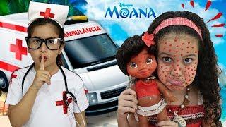 Maria Clara é médica por um dia e salva a bebê Moana ♥ Pretend Play With Doctor