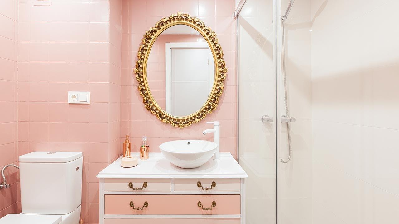 Cuarto de baño vintage luminoso en rosa y dorado - Programa completo -  Decogarden