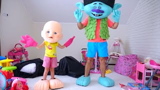 Nastya와 아빠는 축구를하고 장난감을 치워