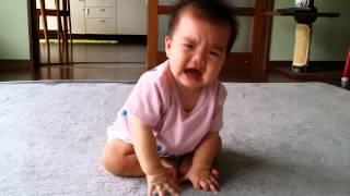 抱っこしてほしくて泣く赤ちゃん 生後6ヶ月次女 thumbnail