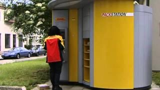 Zusteller legt Pakete in DHL Packstation ein