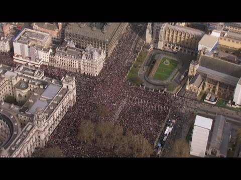 Live: Thousands take part in 'Put It To The People' march demanding a final say on Brexit | ITV News