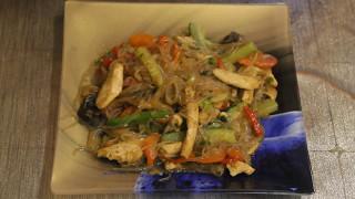 Китайская лапша с  курицей и овощами в воке.