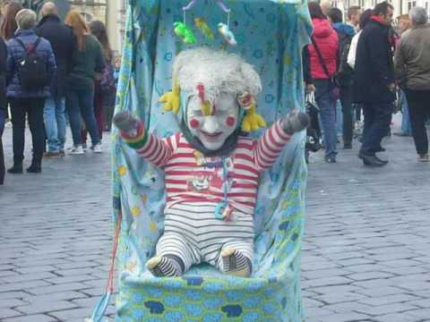 смешной клоун в Праге Он один такой