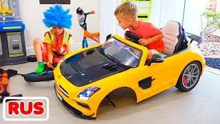 Влад меняет колёса на игрушечной машинке Никиты