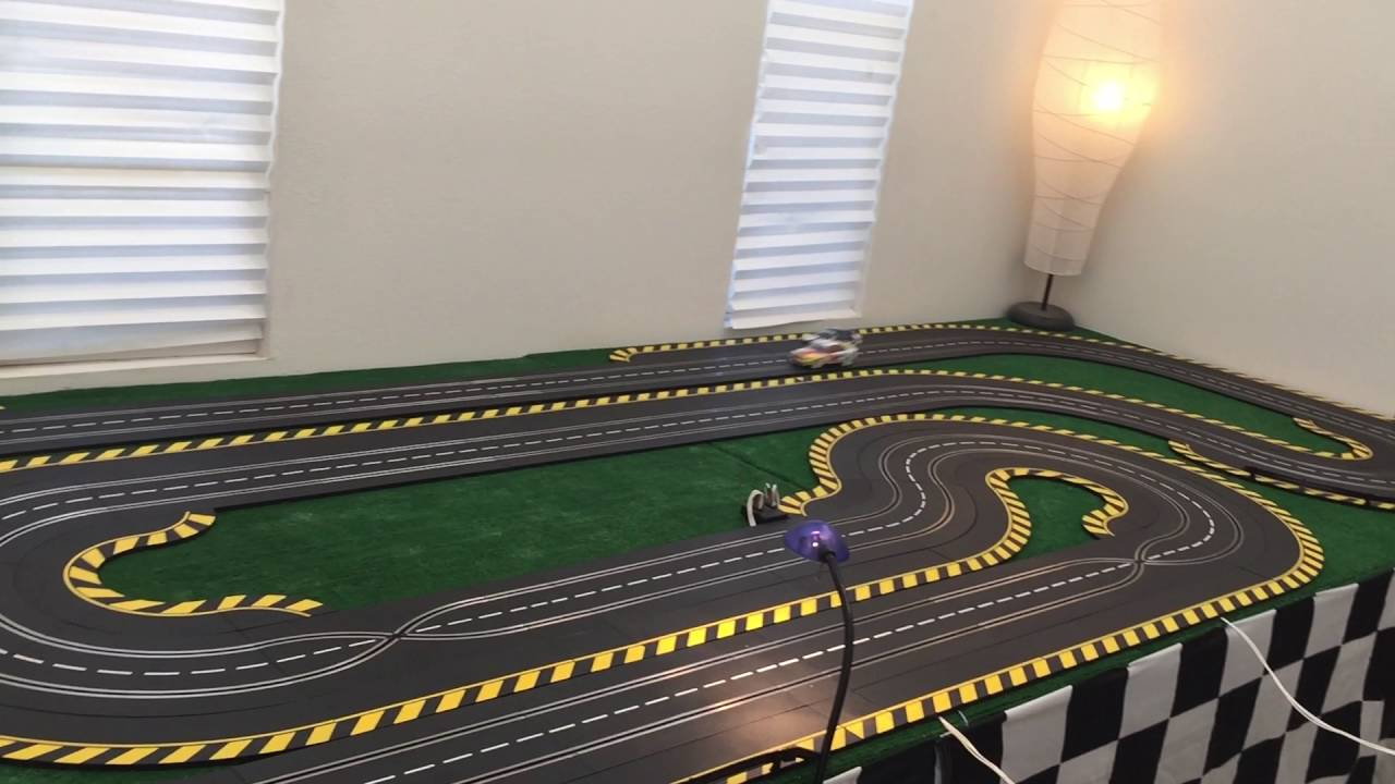 carrera 1 24 scale analog slotcar race with no magnets and a crash youtube. Black Bedroom Furniture Sets. Home Design Ideas